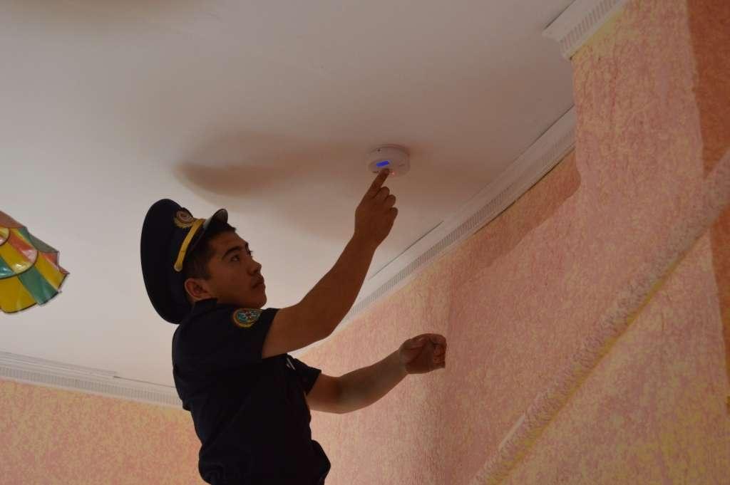 Казахстан — ДЧС Алматы бесплатно устанавливает датчики угарного газа в домах малообеспеченных семей и пенсионеров