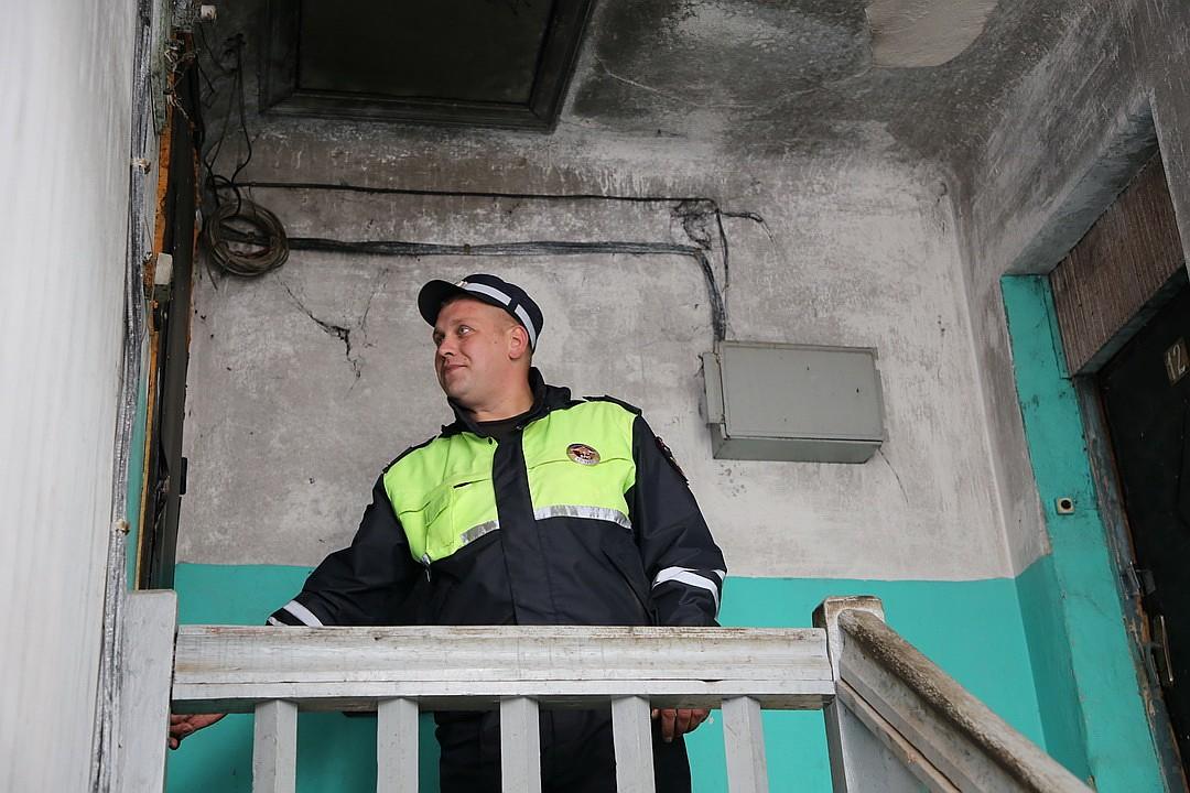 Дверь удалось открыть с помощью фомки и топорика. Фото: пресс-служба УМВД России по Псковской области