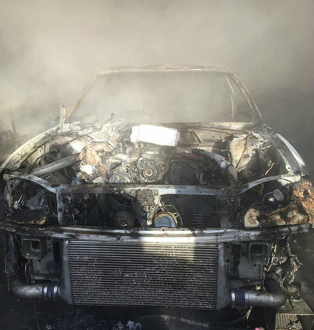 Огонь практически уничтожил две машины после хлопка газа в Комсомольске Фото: Социальные сети