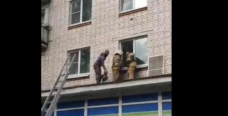 В Сосновом Бору спасатели вскрыли окно квартиры после сообщения об утечке газа