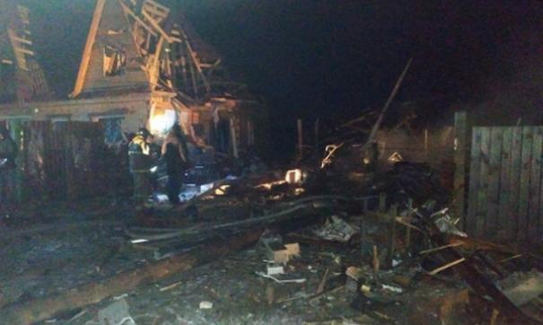 Пламя охватило территорию около 100 квадратных метров. Пожарным расчетам удалось его потушить и отстоять соседние строения