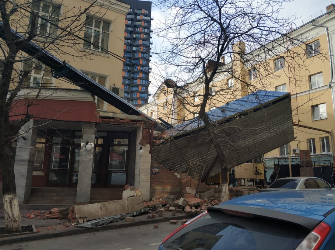 В Ростове на Братском упал кран и задел газовую трубу